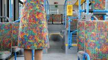 Artista cria série de imagens com pessoas vestindo estampas de transportes públicos