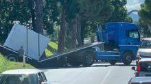 Tragedia sfiorata sull'Aurelia: rimorchio di un camion spezzato in due