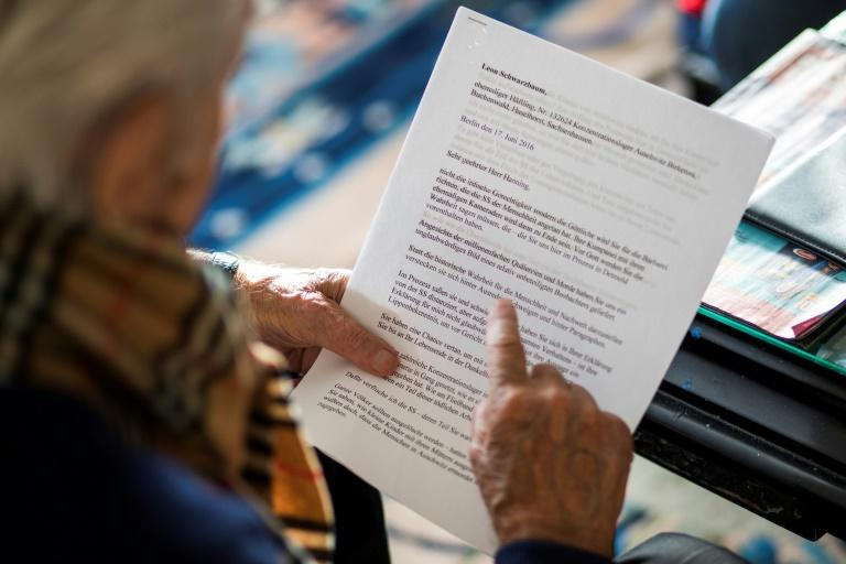 Schwarzbaum reads from a letter he gave to former camp guard SS officer Reinhold Hanning he testified against (AFP Photo/Odd ANDERSEN)