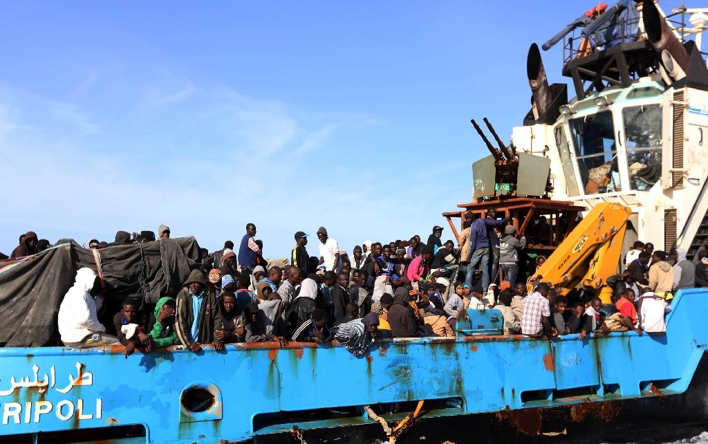 A Libyan coastguard boat carrying around 500 mostly African migrants arrives at the port in the city of Misrata on May 3, 2015 (AFP Photo/Mahmud Turkia)
