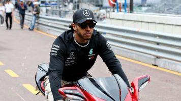 Tausch mit Rossi: Hamilton probiert sich auf Motorrad