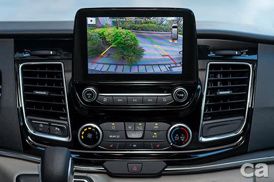 【圖六】福特旅行家豪華版標配倒車顯影輔助系統,以科技守護安全。