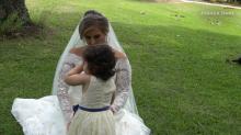 Menina de três anos que venceu câncer é daminha no casamento de doadora de medula