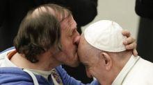 Seorang pria tidak dikenal cium dahi Paus Fransiskus