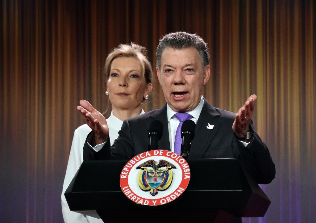 Colombian president Juan Manuel Santos delivers a speech next to his wife Maria Clemencia Rodriguez after winning the Nobel Peace Prize 2016 (AFP Photo/Guillermo Legaria)