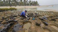 Brasil ha retirado 525 toneladas de residuos de petróleo en unas 200 playas