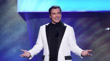 John Travolta zeigt seinen neuen Glatzkopf