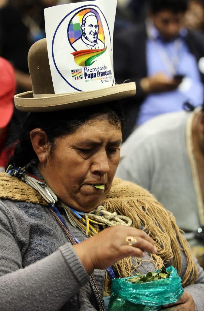 Hundreds of indigenous representatives gather to greet Pope Francis and Bolivia's President Evo Morales in Santa Cruz, Bolivia, on July 9, 2015 (AFP Photo/Lesly Moyano)