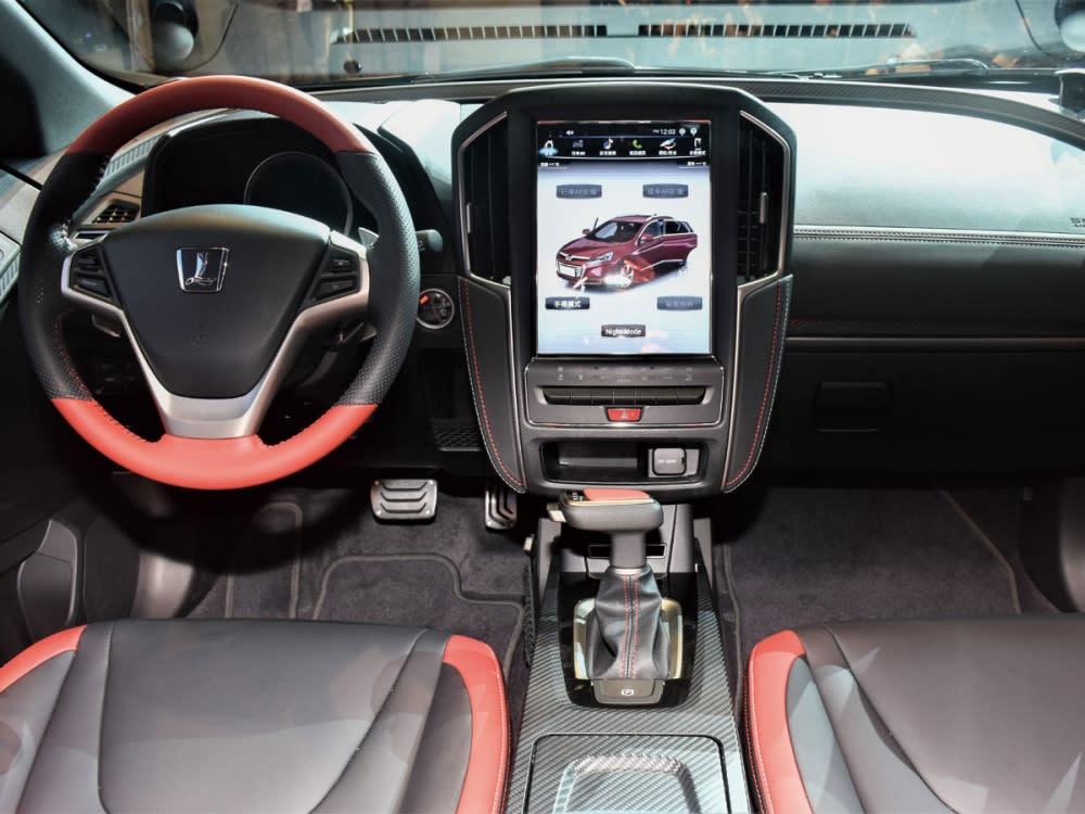 車艙空間展現科技感十足的前衛氛圍,並以紅黑雙色鋪陳增添動感氣息。