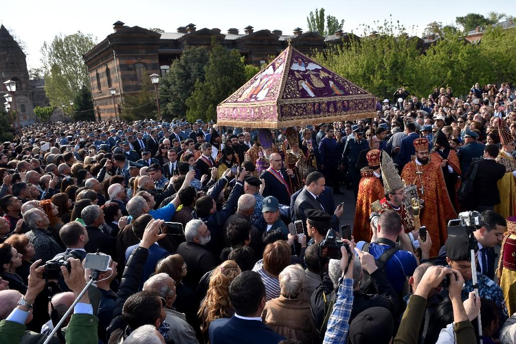 Worshippers take part in the canonisation ceremony for Armenians massacred by Ottoman forces a century ago, April 23, 2015 in Echmiadzin, outside Yerevan (AFP Photo/Kirill Kudryavtsev)