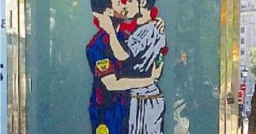 Foot - WTF - Lionel Messi et Cristiano Ronaldo se donnent un baiser sur un mur de Barcelone