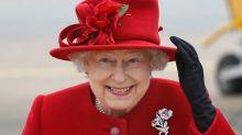La reina Isabel II elige su look de Navidad dos meses antes
