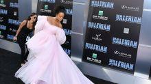 Rihanna tiene un problema con la cola de su vestido en la premiere de su película