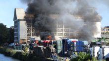 Polizei und Feuerwehr: Brand in Kreuzberg - Rauchwolke über der Stadt