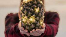 Nova tendência natalina é fazer abacaxis decorados como árvore
