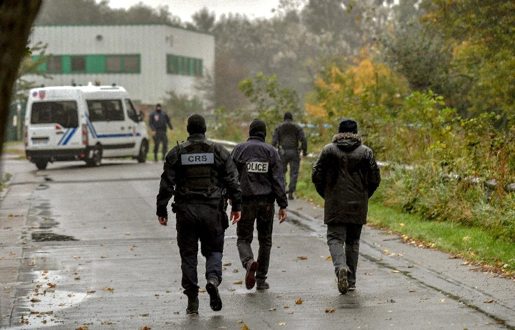 Some 200 police were involved in the raids in Grande Synthe (AFP Photo/Philippe HUGUEN)