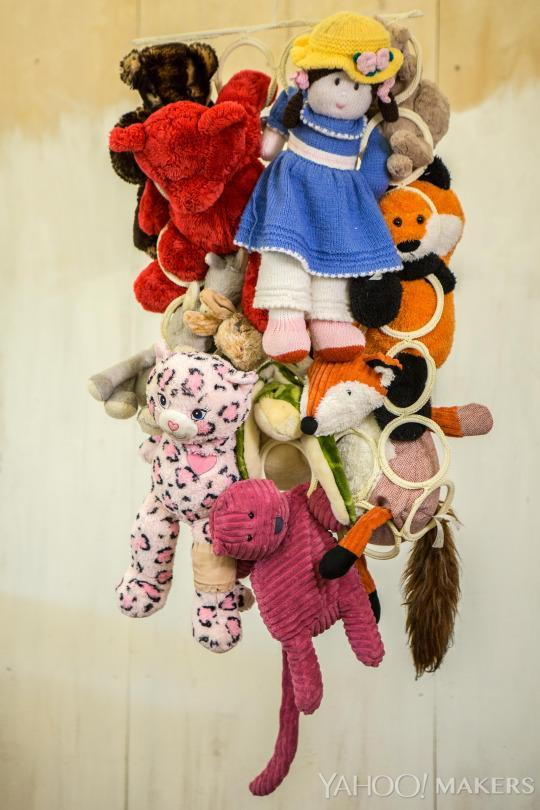 8 ikea product will solve your kid 39 s stuffed animal clutter for Scarves hanger ikea