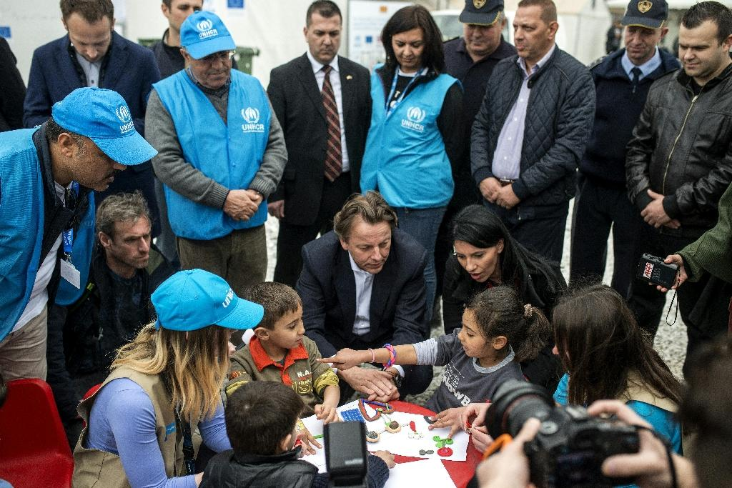 Dutch Foreign Minister Bert Koenders meets with young refugees in the transit and registration camp near Gevgelija on February 14, 2016 (AFP Photo/Robert Atanasovski)