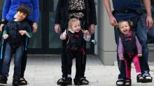Este arnés permite andar a los niños con discapacidad