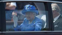 Isabel II es denunciada por ir en coche sin cinturón de seguridad