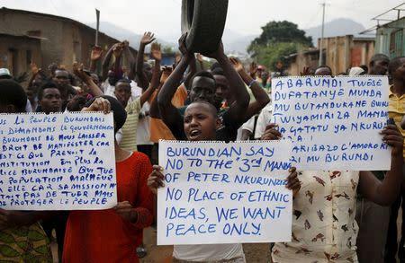 Protesters who are against Burundi President Pierre Nkurunziza and his bid for a third term march in Bujumbura, Burundi, June 4, 2015. REUTERS/Goran Tomasevic