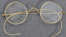 Óculos de Gandhi vendidos por US$ 340.000 em leilão na Inglaterra