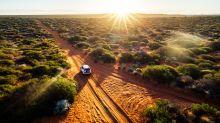 Vier Kinder fahren mit Auto tausend Kilometer durch Australiens Outback