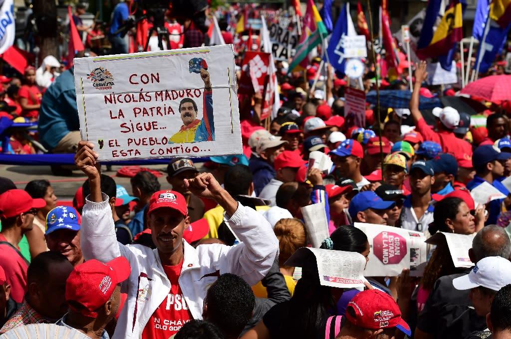 Supporters of Venezuelan president Nicolas Maduro demonstrate in the streets of Caracas on October 25, 2016 (AFP Photo/Ronaldo Schemidt)