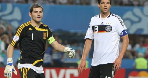Foot - C1 - Michael Ballack voit le Bayern Munich passer contre le Real Madrid