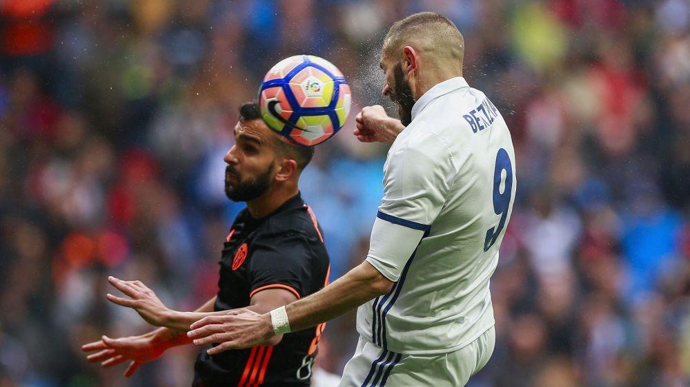 Ligeros pitos a Benzema en su cambio