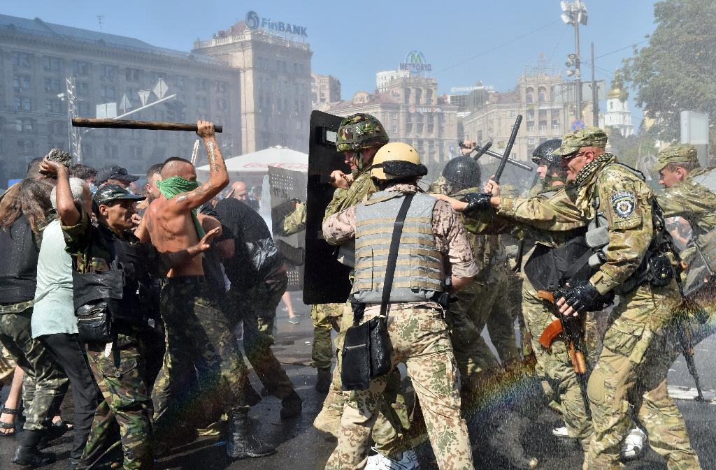 Maidan self-defence activists clash with fighters of the Kiev-1 volunteer battalion on Independence Square in Kiev on August 7, 2014 (AFP Photo/Sergei Supinsky)