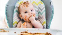 La terapia de dejar a los bebés bañarse con la comida