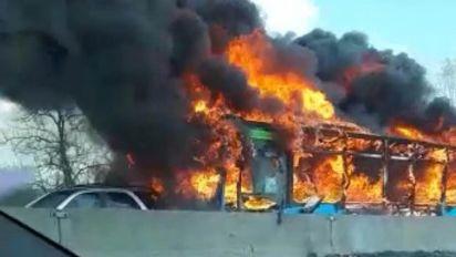 Sequestra bus di studenti e appicca il fuoco