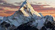 China prohíbe los ascensos al Everest y planea pintar una línea de demarcación