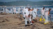 Var : des bénévoles dépolluent la plage de Pampelonne