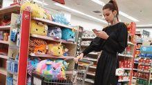 Camila Queiroz se diverte com look 'arrumadinho' nas compras