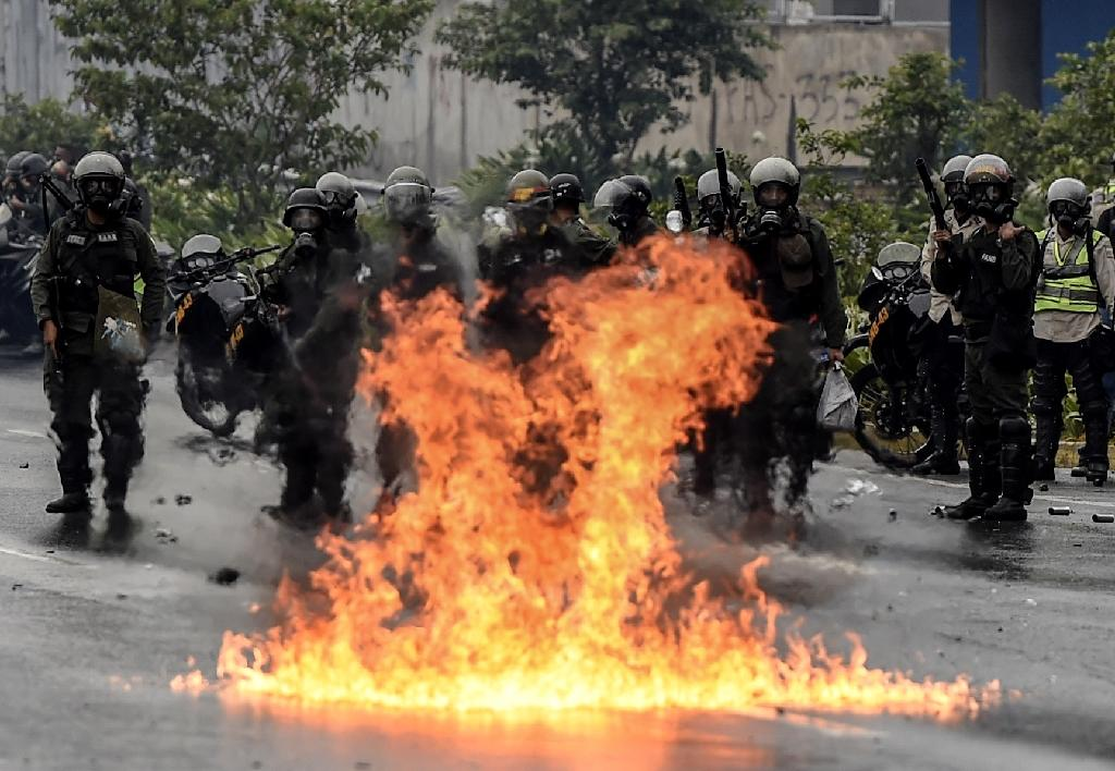 The Venezuelan National Guard stands guard as they clash with opposition activists clash in Caracas on April 13, 2017 (AFP Photo/JUAN BARRETO)