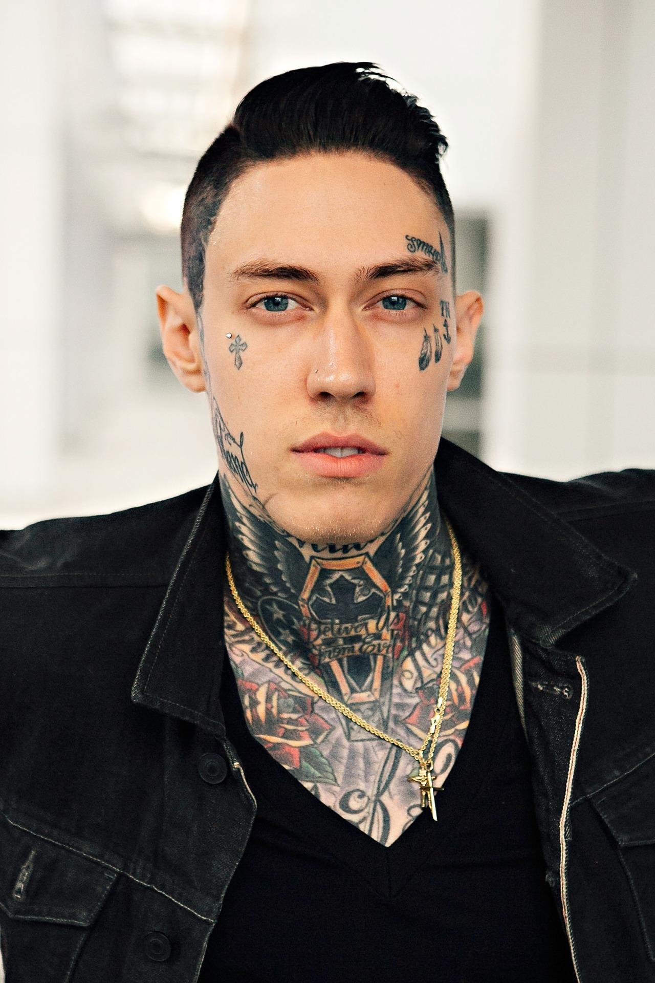 U Uu Uu >> Trace Cyrus Shows Off His Nearly Fully Tattooed Body With Shirtless Selfie