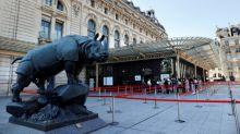 Des Femen manifestent au musée d'Orsay, après qu'une visiteuse a été refusée en raison de son décolleté
