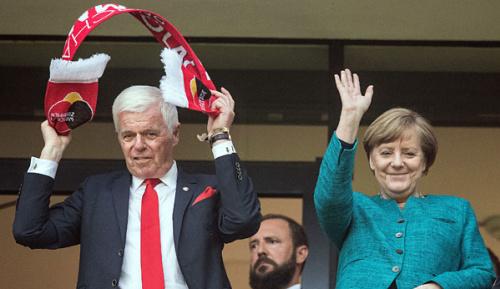 Bundesliga: Spinner-Lob für Merkels Fußball-Sachverstand