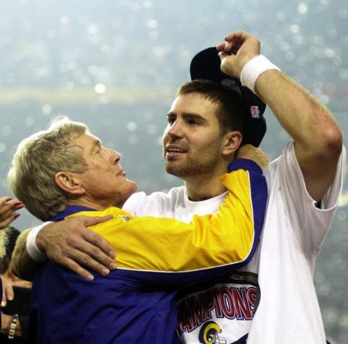 Kurt Warner hugs Rams coach Dick Vermeil after winning Super Bowl XXXIV