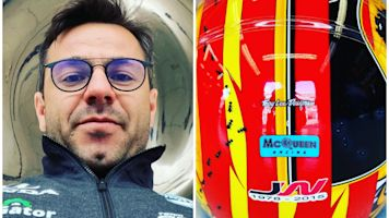 Oriol Servià retira el lazo amarillo de su casco de la Indy 500