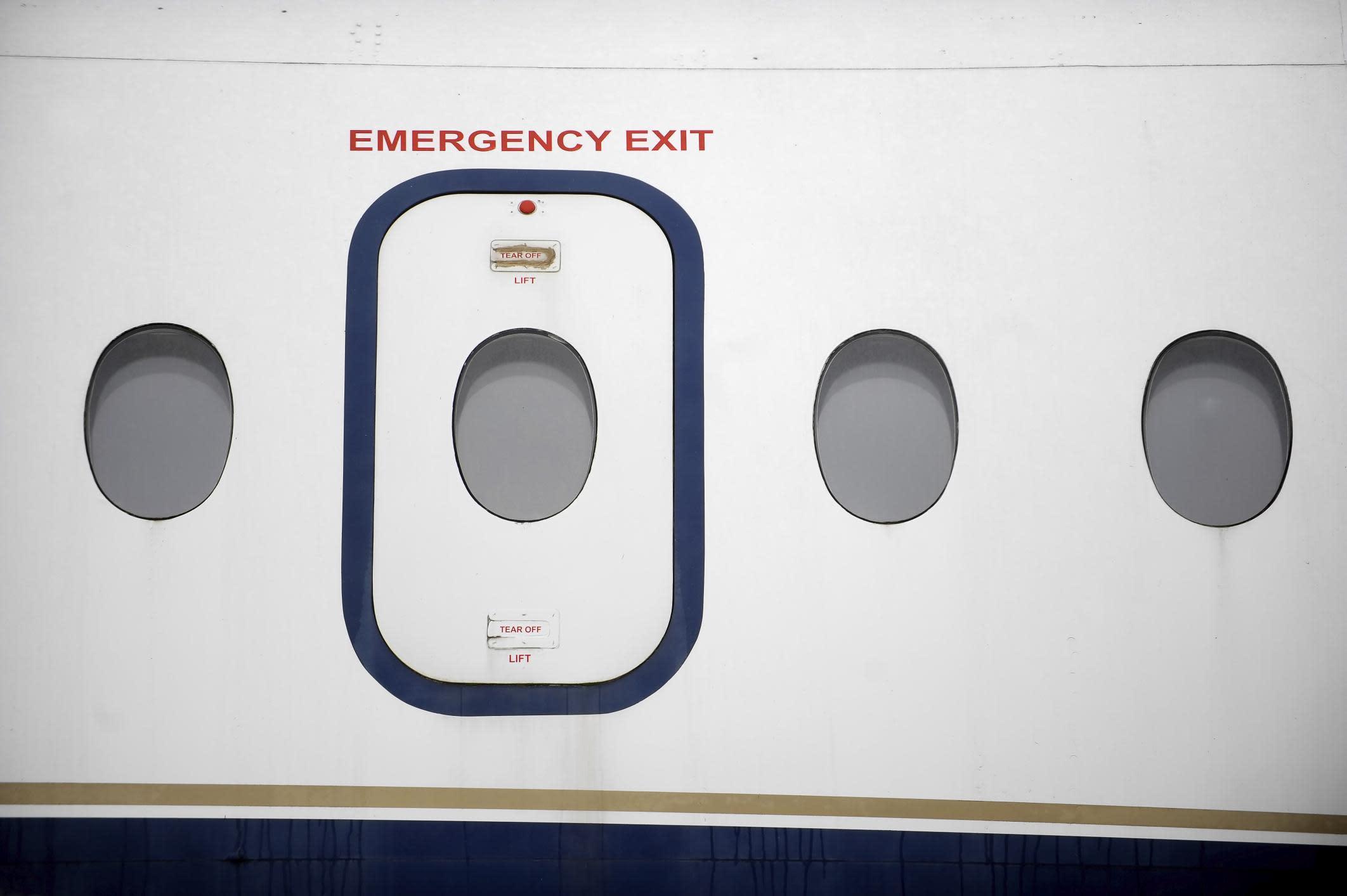 & Passenger Jokes About Opening Plane Door \u2014 Airline Calls Police Pezcame.Com