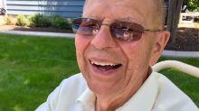 Anciano de 94 años hace una piscina en su jardín para los niños del vecindario