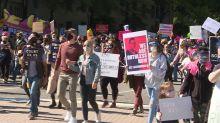 Miles de mujeres en las calles contra Trump en EEUU