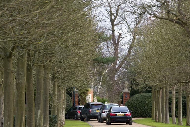 Cars queue along the driveway as guests arrive to attend Elton John's wedding to his partner David Furnish at their mansion in Windsor, on December 21, 2014 (AFP Photo/Justin Tallis)