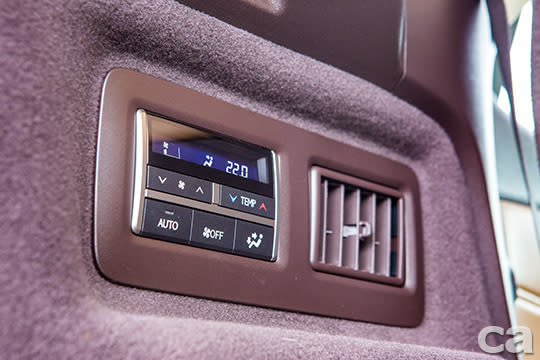 雖然RX350 L的第三排座椅為輔助角色,但該有的獨立恆溫空調操作介面同樣完整奉上,讓人再度見識到Lexus一絲不苟的造車精神。