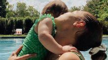 Gigi Hadid Kembaran Berbaju Renang Senilai Rp1,5 Juta dengan Sang Putri