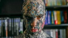 El maestro tatuado hasta el blanco de los ojos que causa estupor en Francia