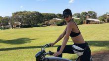 Em passeio de bike, Vera Viel chama atenção com pochete de R$ 4 mil